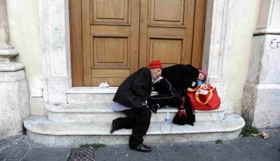 Senza fissa dimora in Piazza San Silvestro..The homeless in Piazza San Silvestro