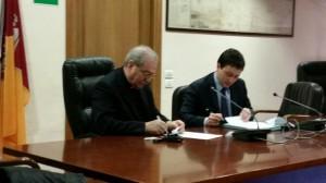 Mons. Feroci firma il protocollo con il presidente del Municipio
