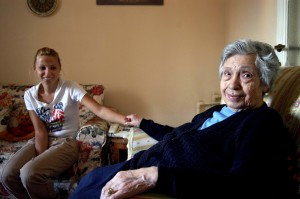 Anziana assistita da volontaria  Caritas